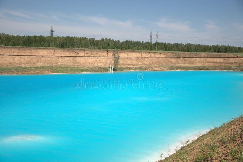 Lago azul cercado pela floresta conífera Sibéria, Rússia Paisagem fotos de stock