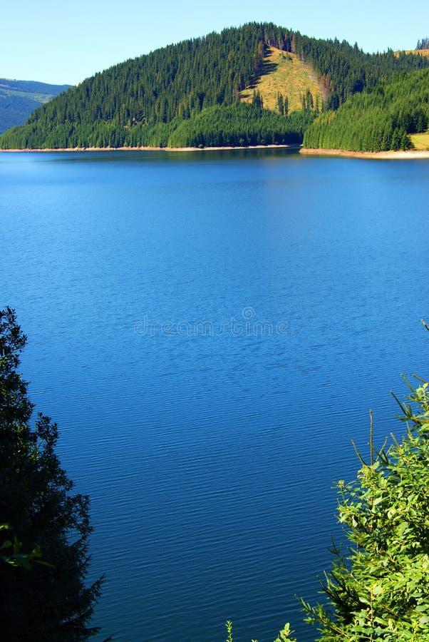 Lago azul com tesouro de prata imagens de stock