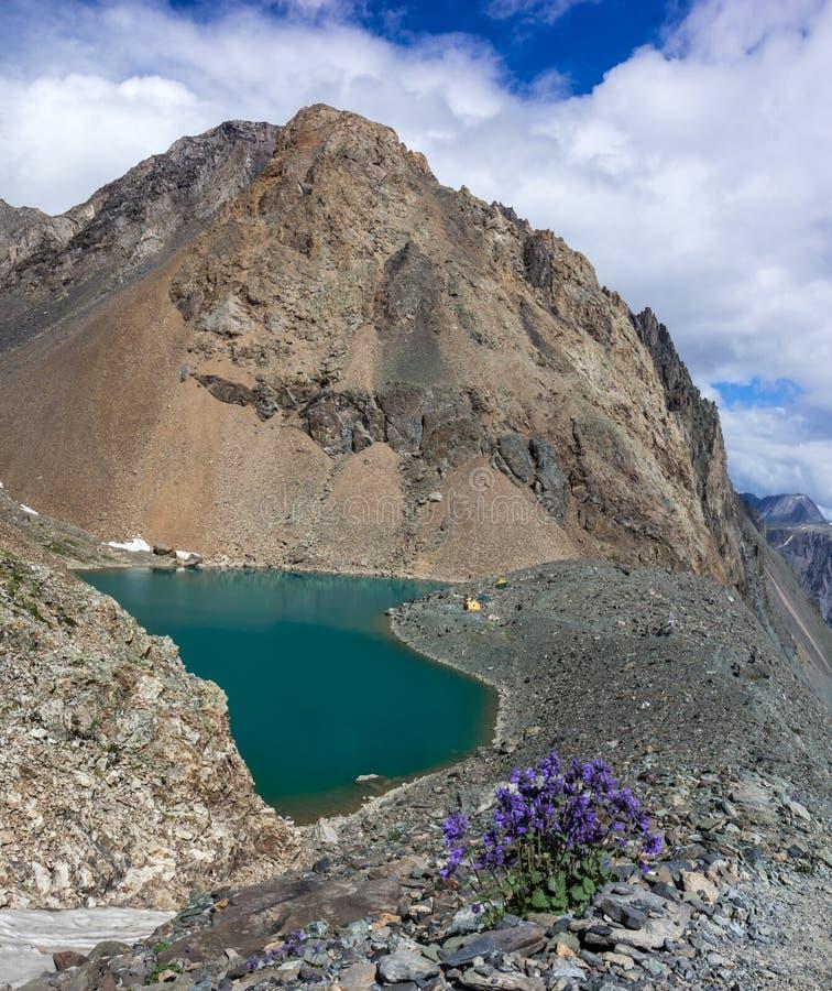 Lago azul da montanha fotografia de stock
