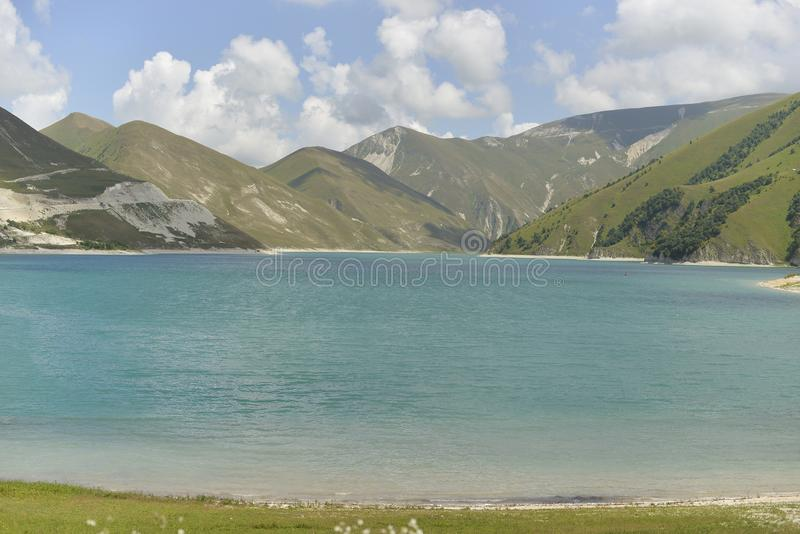 Lago azul da montanha em um dia de verão ensolarado imagem de stock royalty free