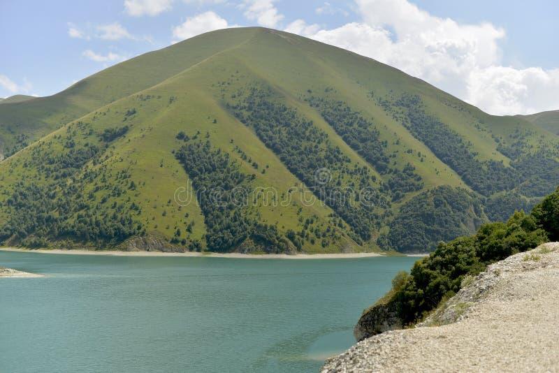 Lago azul da montanha em um dia de verão ensolarado fotos de stock