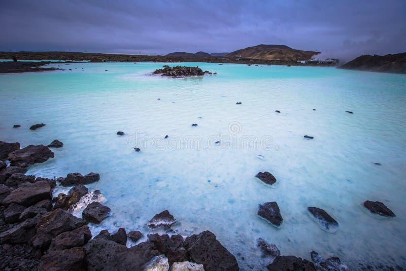 Lago Azul - 09 de maio de 2018: Terrenos vulcânicos na bacia hidrográfica térmica de Blue Lagoon, Islândia fotografia de stock royalty free