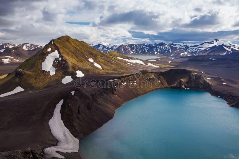Lago azul do vulcão de Islândia das montanhas bonitas fotografia de stock