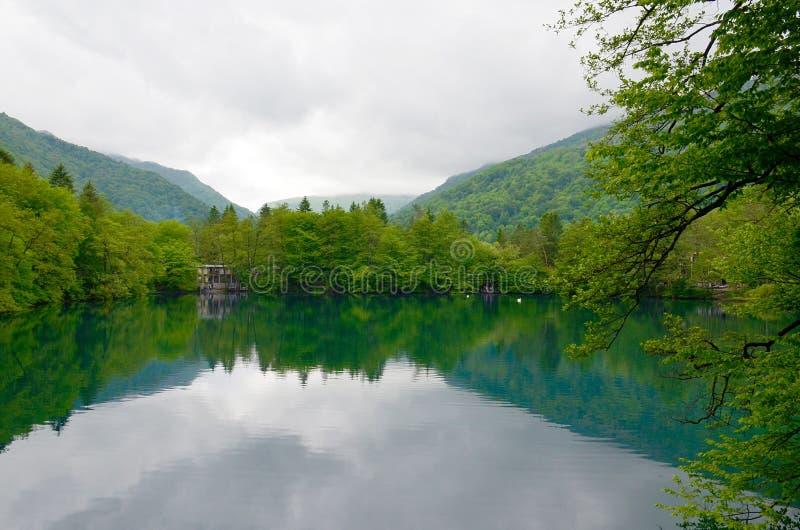 Lago azul em Kabardino-Balcária, Cáucaso, Rússia fotografia de stock
