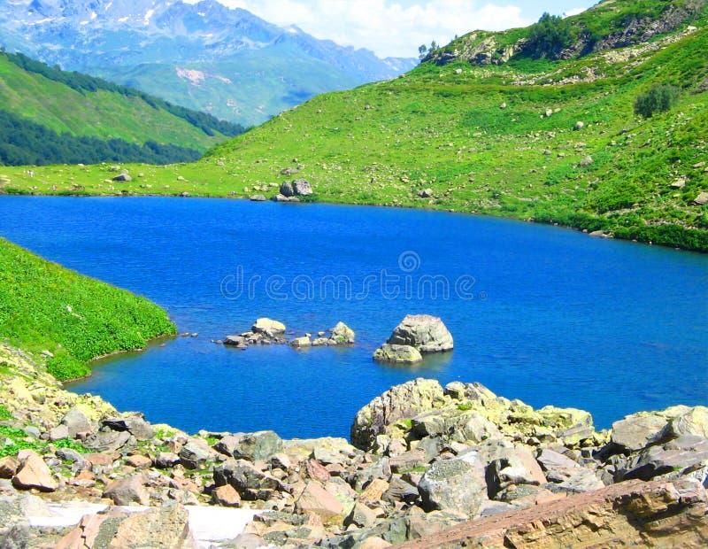 Lago azul en districto de la montaña. fotografía de archivo
