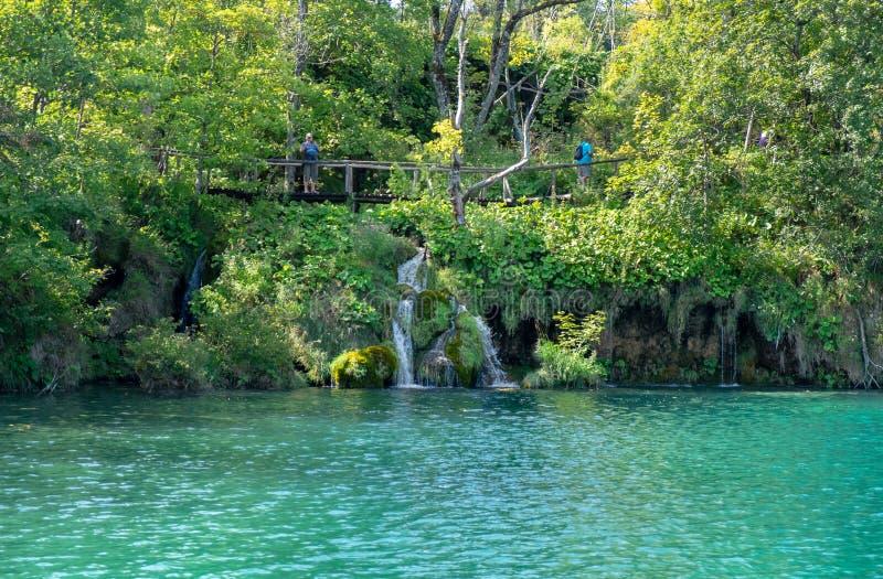 Lago azul hermoso que sorprende en el parque nacional de los lagos Plitvice imagenes de archivo