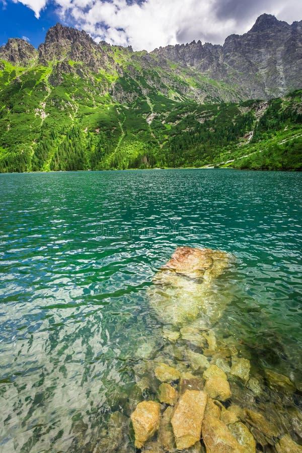 Lago azul maravilloso en las montañas en la salida del sol, Polonia fotografía de archivo
