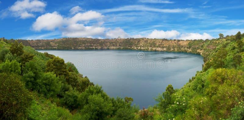 Lago azul na montagem mais gambier fotografia de stock royalty free