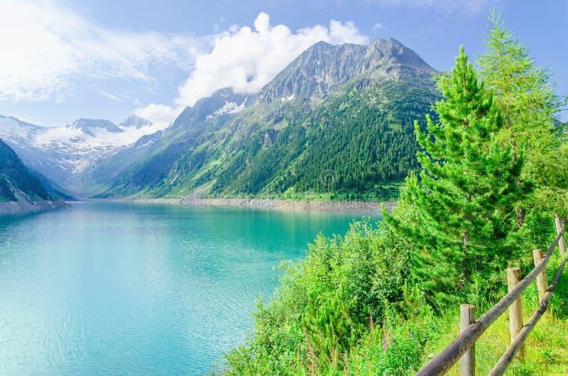 Lago azul y altos picos alpinos, Austria de la montaña imagen de archivo libre de regalías