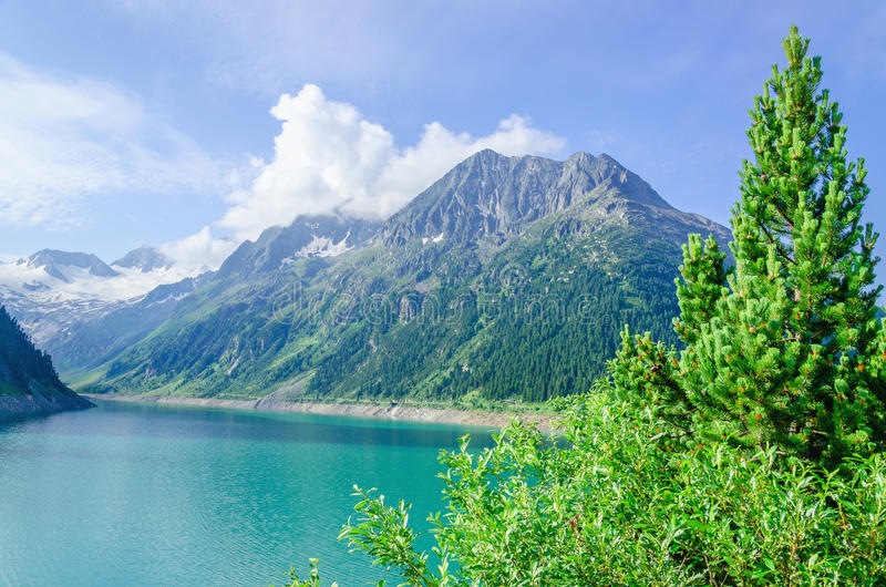 Lago azul y altos picos alpinos, Austria de la montaña fotos de archivo libres de regalías
