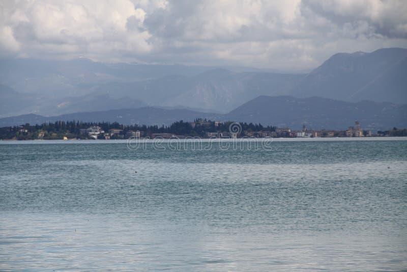 Lago azul y cielo azul fotografía de archivo libre de regalías