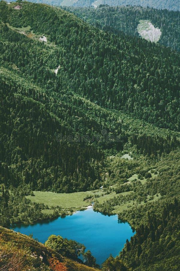 Lago azul y Forest Landscape Travel conífero foto de archivo libre de regalías