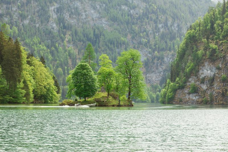 lago bávaro pitoresco, koenigssee, bavaria, Alemanha A paisagem de um lago da montanha com uma ilha pequena no meio imagens de stock