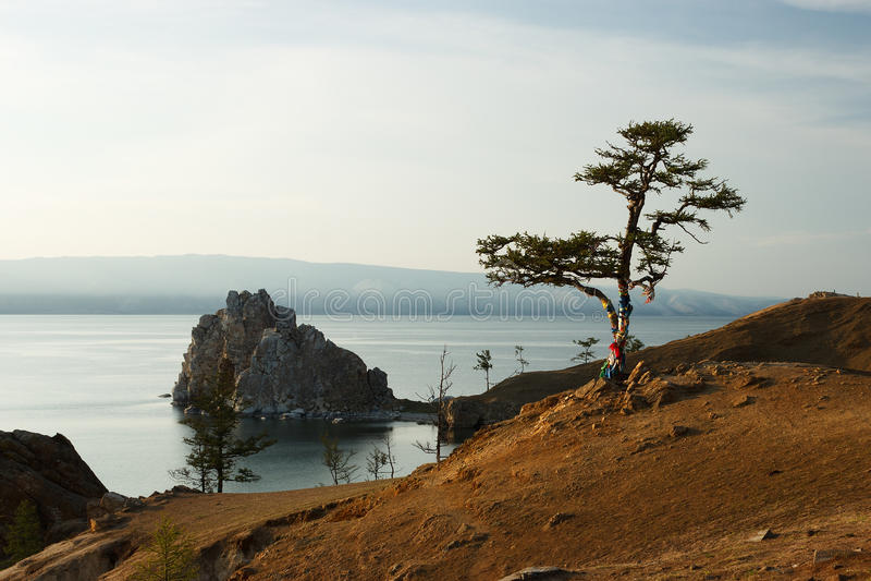 Lago Baikal com o panorama das montanhas rochosas na Rússia imagem de stock