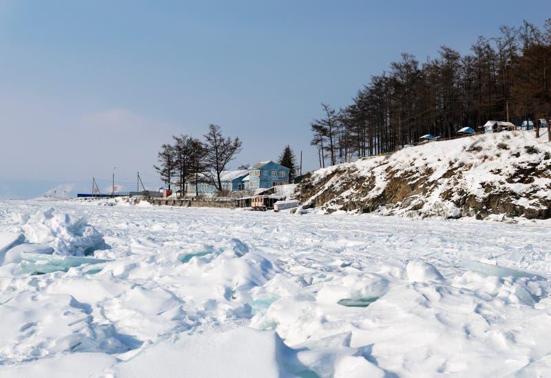 Lago Baikal en invierno Casa de madera azul sola cerca del bosque en orilla foto de archivo