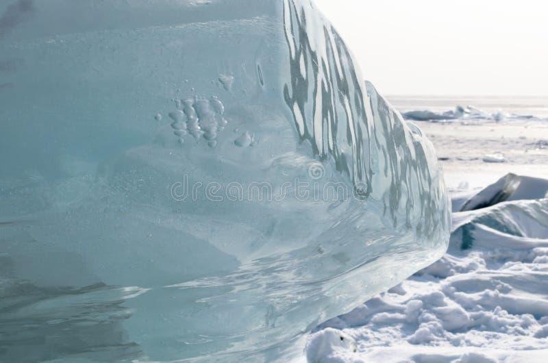 Lago Baikal in inverno Banchisa galleggiante blu pura su superficie nevosa fotografie stock libere da diritti