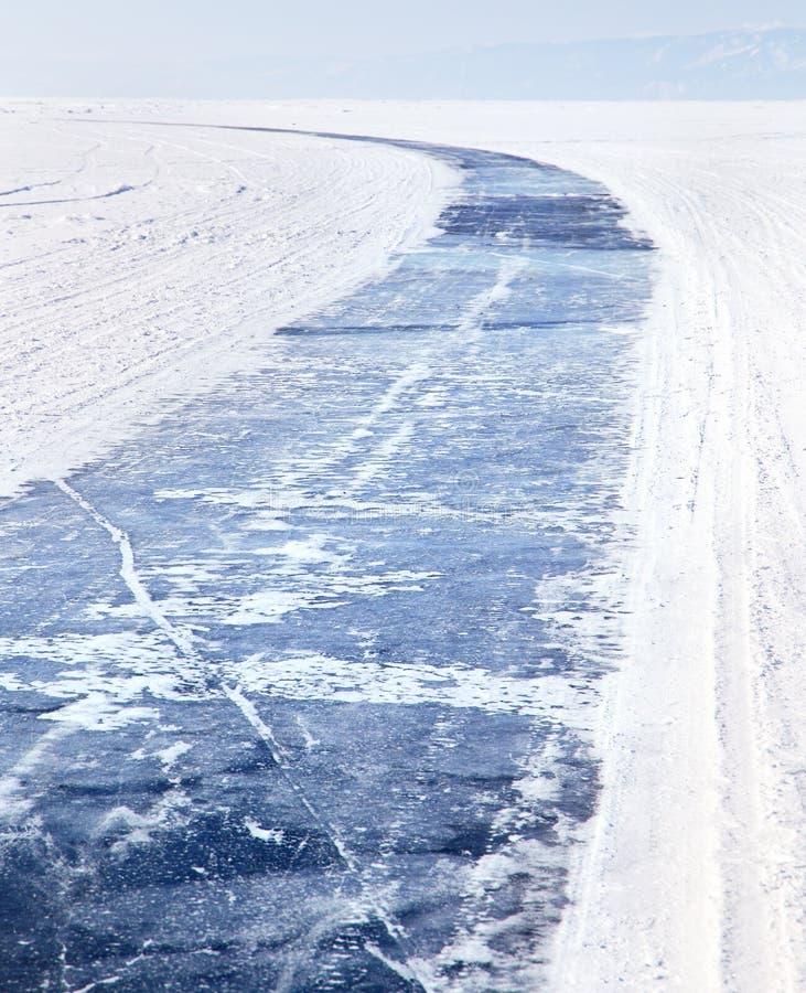Lago Baikal in inverno Strada del ghiaccio sul lago Baikal congelato Turismo di inverno fotografia stock