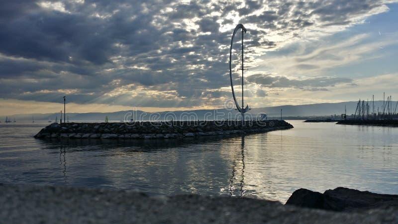 Lago bajo el cielo nublado fotografía de archivo libre de regalías