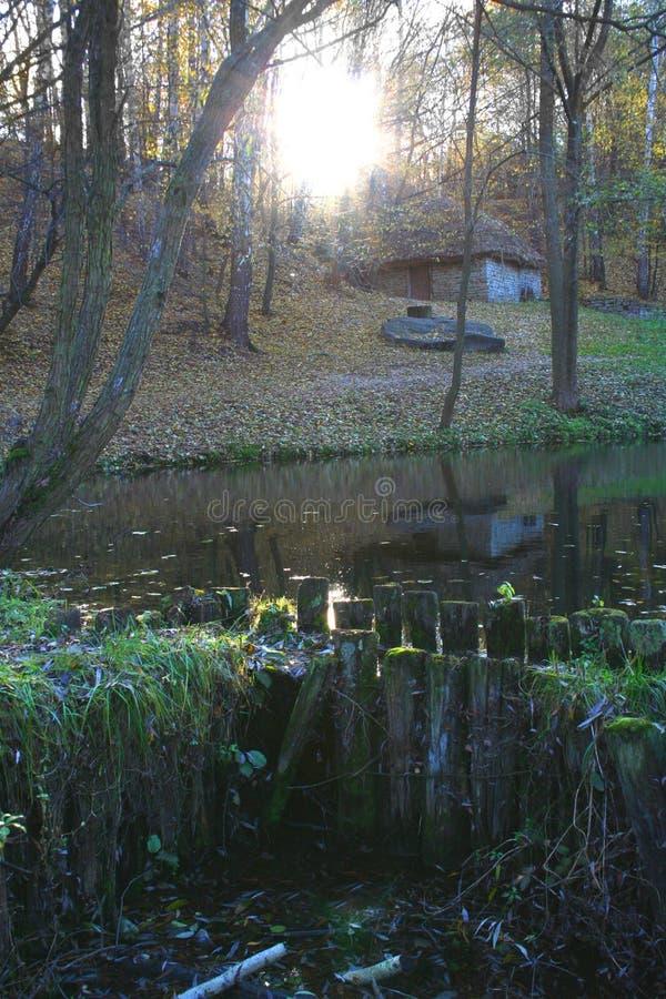 Lago bajo puesta del sol fotos de archivo