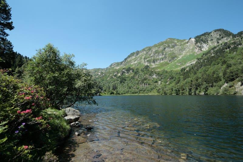 Lago Balbonne em Pyrenees, França imagens de stock