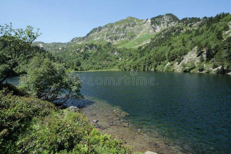 Lago Balbonne em Pyrenees, França fotografia de stock