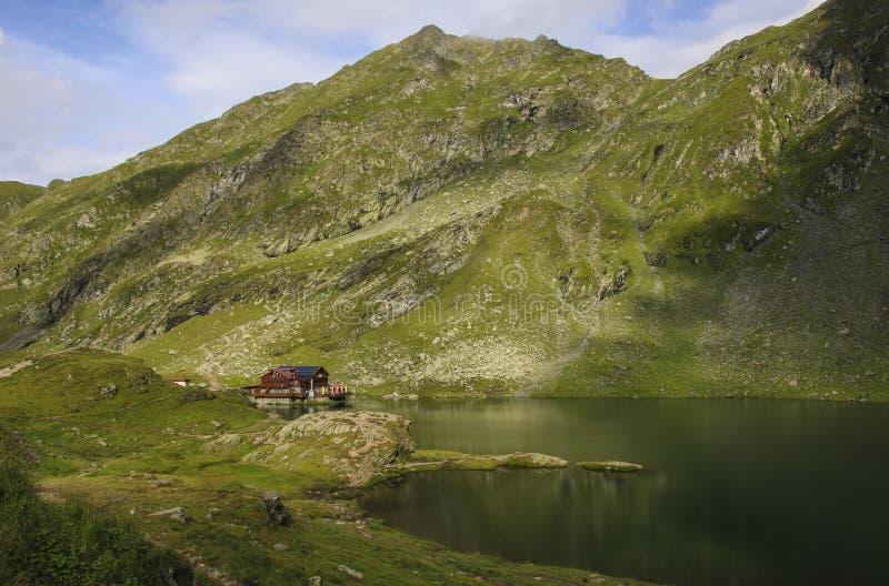 Lago Balea cerca de la carretera de Transfagarasan en el Mountai cárpato fotos de archivo