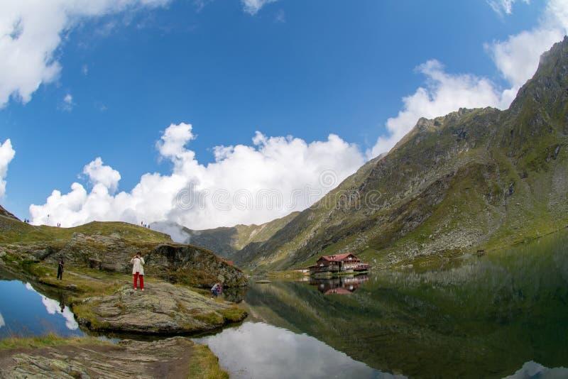 Lago Balea ed hotel di Balea nel tempo di primavera con le nuvole fotografia stock libera da diritti
