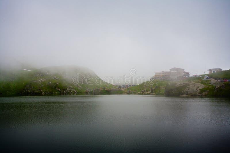 Lago Balea em Romania sob um cobertor das nuvens imagem de stock