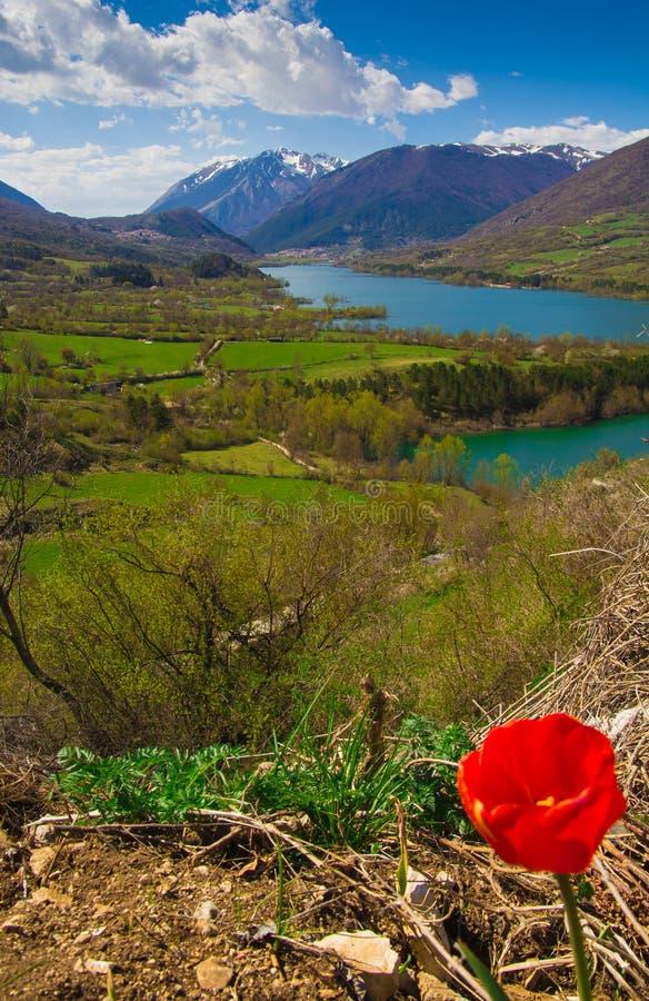 Lago Barrea en la estación de primavera fotos de archivo