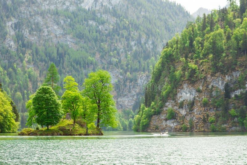 lago bavarese pittoresco, koenigssee, Baviera, Germania Il paesaggio di un lago della montagna con una piccola isola nel mezzo immagine stock