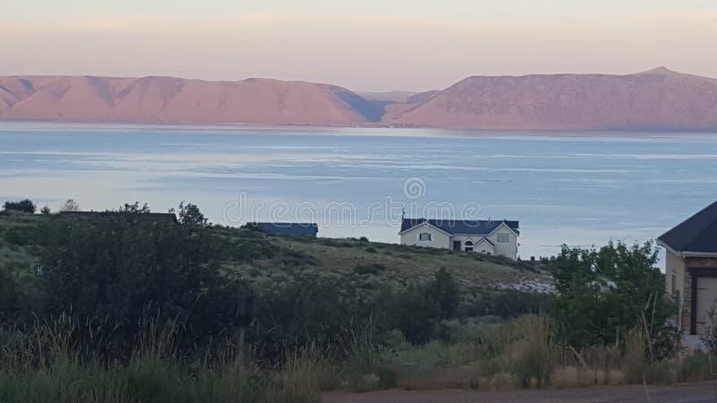 Lago bear en la puesta del sol foto de archivo