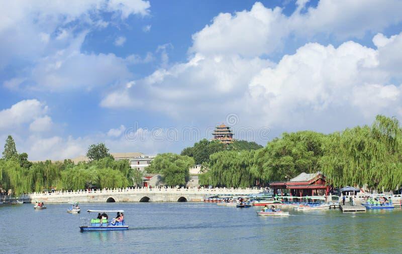 Lago beijing Beihai con il ponte di pietra bianco un giorno soleggiato fotografia stock libera da diritti