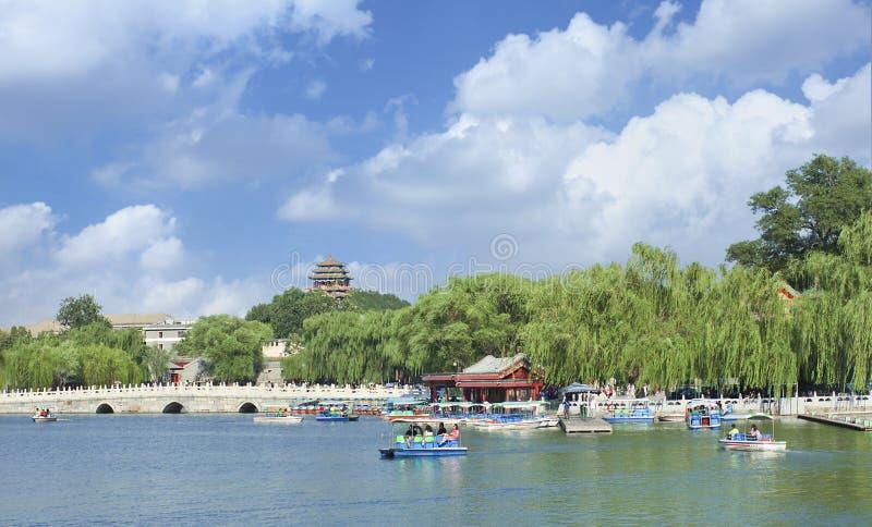 Lago beijing Beihai con la pagoda e ponte su fondo fotografia stock libera da diritti
