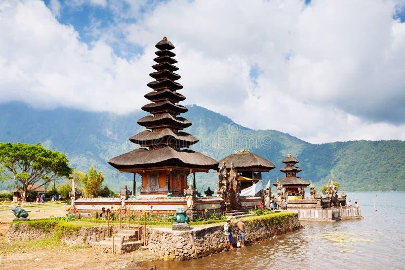 Lago Beratan do templo de Ulun Danu em Bali, Indon?sia fotos de stock