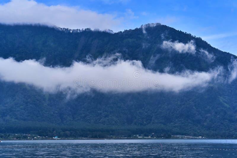 Lago Beratan na noite na ilha de Bali fotografia de stock