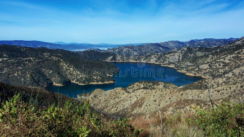 Lago Berryessa en la opinión aérea del otoño imagen de archivo libre de regalías