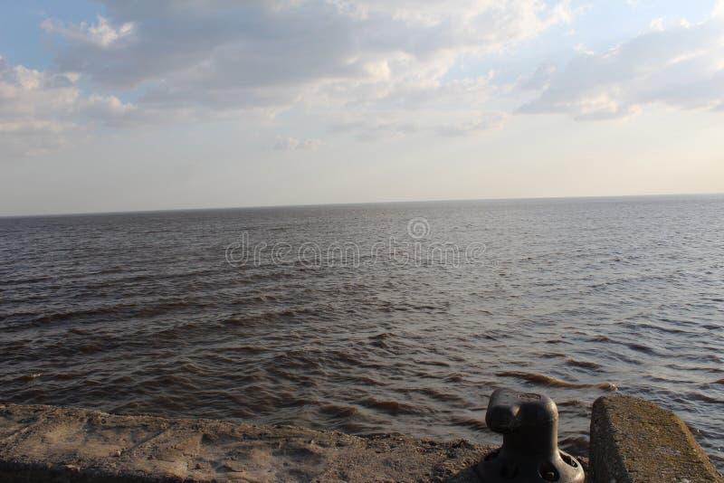 Lago bianco con un pilastro fotografia stock