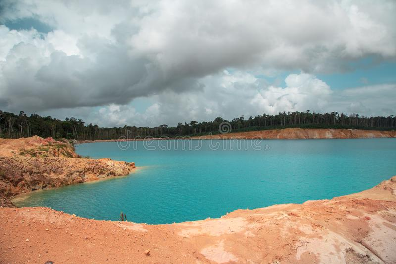 Lago blu, formato dopo l'estrazione di bauxite fotografia stock libera da diritti