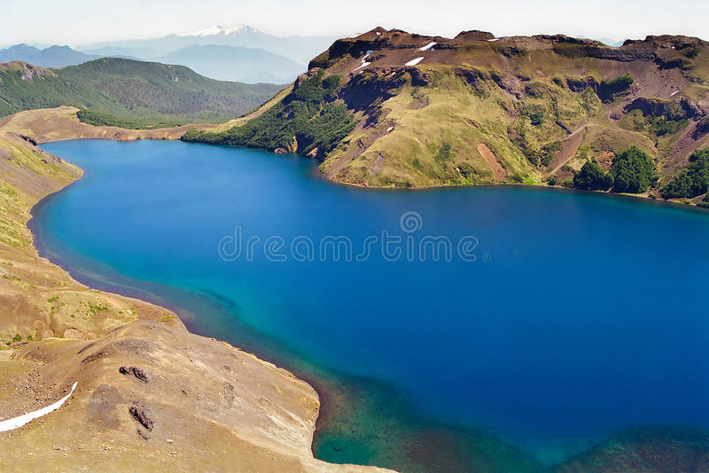 Lago blu in terreno vulcanico, Cile fotografie stock libere da diritti