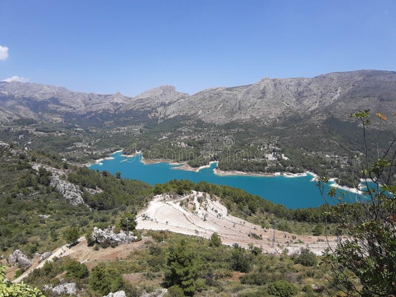 Lago blue de la monta?a El lago en las monta?as Guadalest España imagenes de archivo