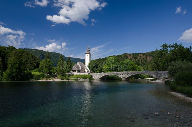 Lago Bohinj com a igreja de St John o batista na beira do lago, Bohinj, Eslovênia, Europa imagem de stock royalty free