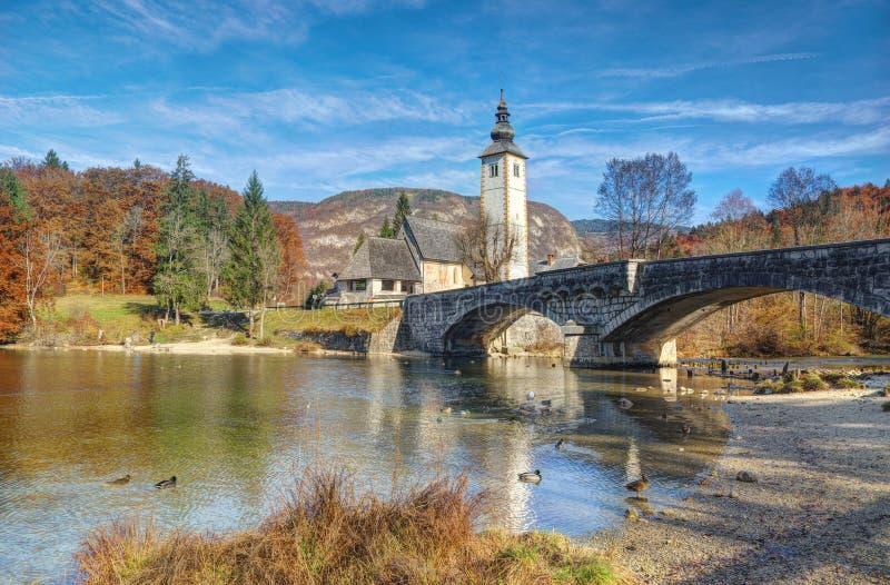 Lago Bohinj e igreja St John o batista, Eslovênia - opinião do outono imagem de stock