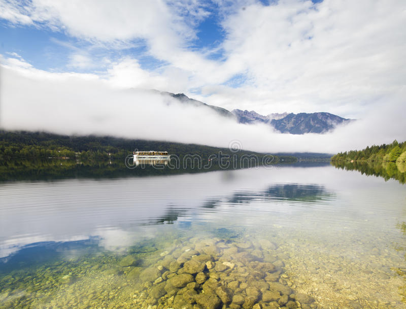 Lago Bohinj mountain en las montañas eslovenas foto de archivo