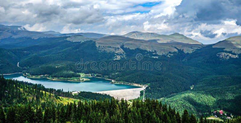 Lago Bolboci e montagne di Bucegi fotografia stock