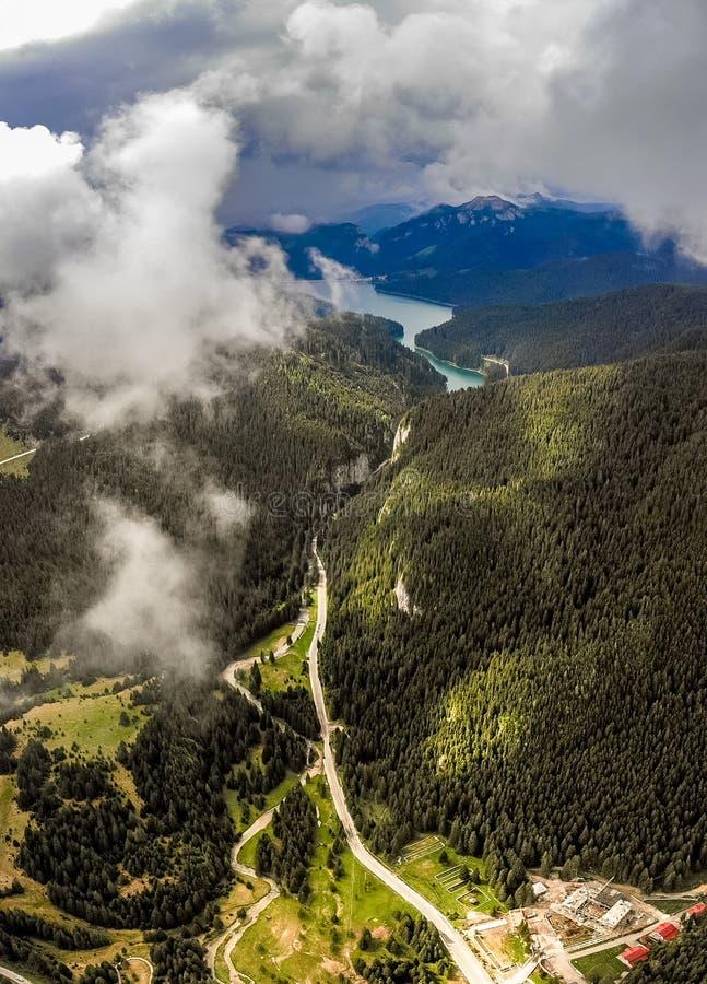 Lago Bolboci nos Carpathians e no desfiladeiro Tatar em um nevoento frio fotografia de stock