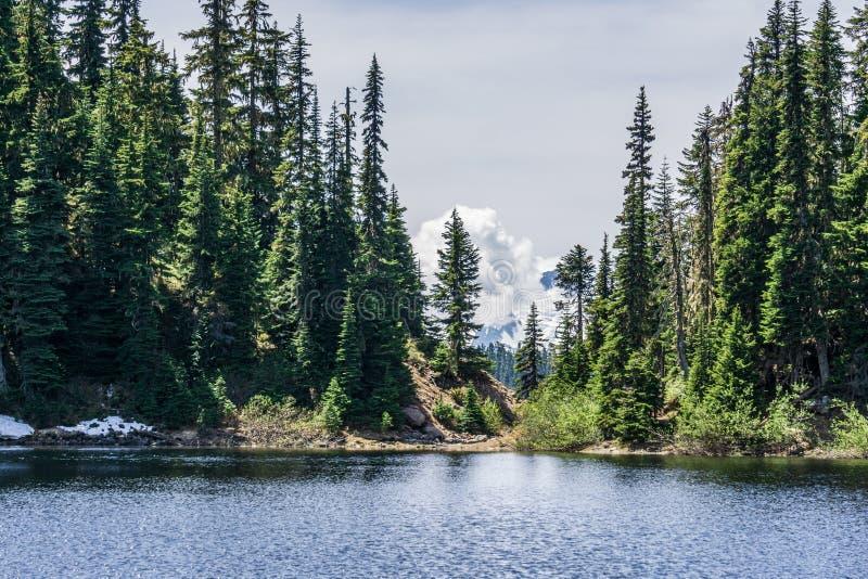 lago bonito barrier no Columbia Britânica provincial Canadá do parque de Garibaldi das montanhas fotos de stock royalty free