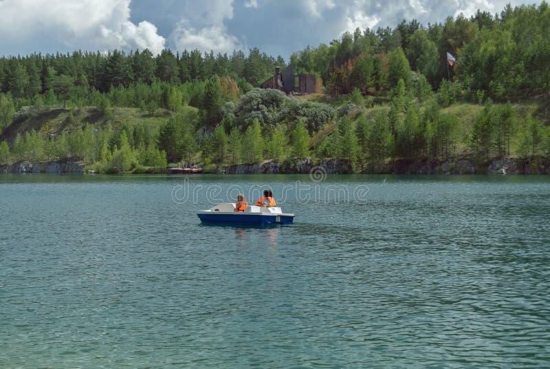 lago bonito cercado pela floresta foto de stock