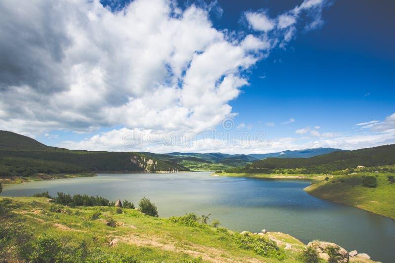 Lago bonito com colinas ao fundo, localizado no norte da Geórgia fotografia de stock royalty free