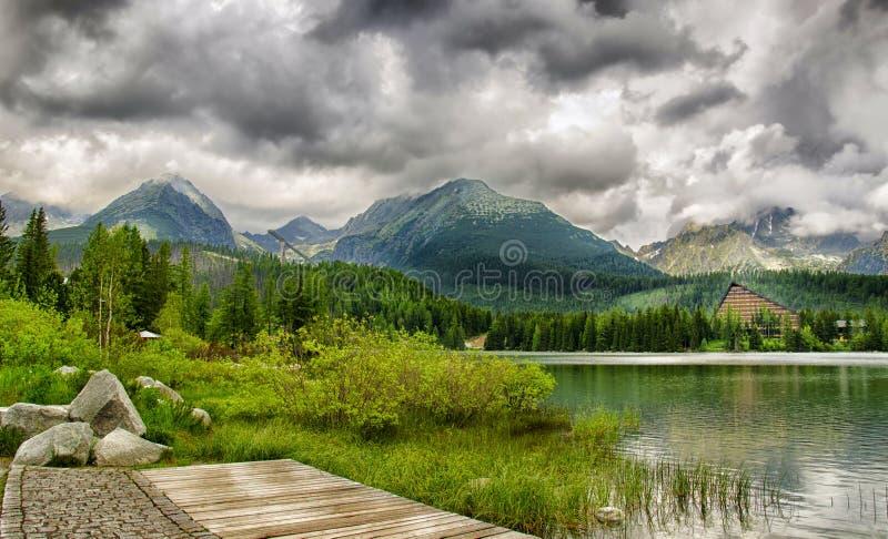 Lago bonito com hotel Patria em Tatra alto, Eslováquia foto de stock