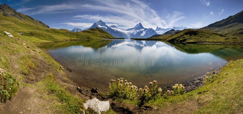 Lago bonito com montanha suíça   imagens de stock